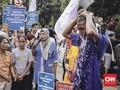 Massa Aksi Mandi di Balai Kota Peringati Hari Air Sedunia