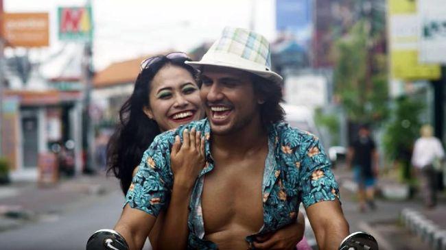 Fenomena 'bule hunter' hidup di tengah-tengah masyarakat Indonesia. Film 'Kenapa Harus Bule?' pun membahasnya dengan cara yang jenaka.