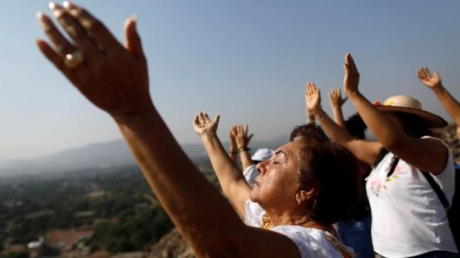 Bagi sebagian orang, tradisi menyambut matahari musim semi saat ekuinoks mesti dilakukan di Piramida Matahari peninggalan Suku Aztec di Meksiko.