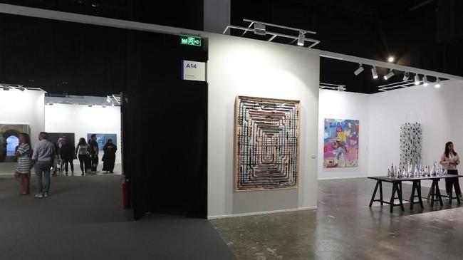 Selain foto dan instalasi seni nan indah, Dubai Art tahun ini menyimpan kesengsaraan negara-negara Timur Tengah dalam lukisan atau potretnya.