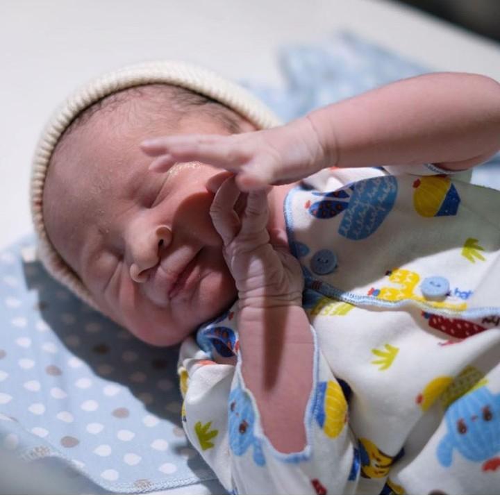 Zaskia Mecca dan Hanung Bramantyo menyambut kehadiran anggota baru keluarganya. Bayi laki-laki itu diberi nama Bhre Kata Bramantyo.