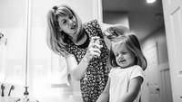 <p>Saat si gadis kecil sudah dewasa dan menikah, momen membantunya merapikan rambut juga bisa bikin kita mellow ya, Bun? (Foto: Instagram/ @stephwoodwardphotos) </p>