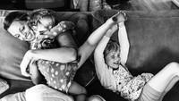 <p>Main sama anak-anak di sofa kayak gini pasti jadi momen yang bikin rindu ya, Bun? (Foto: Instagram/ @stephwoodwardphotos) </p>