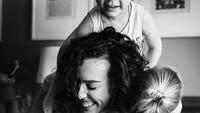 <p>Dilan memang benar. Rindu itu berat. Apalagi ketika Bunda rindu dengan momen-momen saat kita bersama ketika kamu kecil, Nak. (Foto: Instagram/ @stephwoodwardphotos) </p>