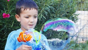 Main Gelembung Sabun Saja Sudah Bikin Anak-anak Happy Lho