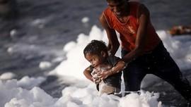 FOTO: Melarung 'Dewa' di Tengah Air Berbusa
