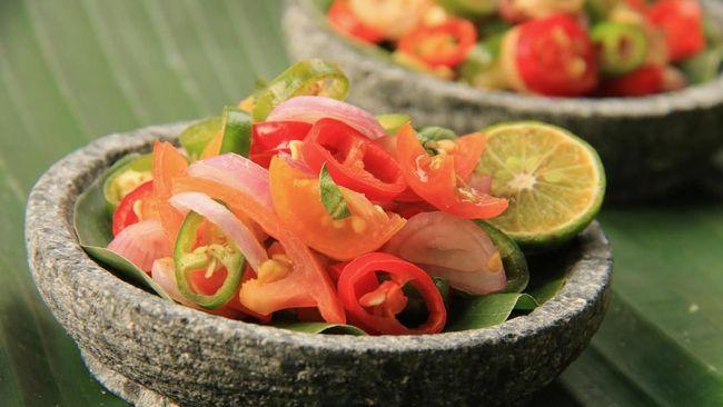 Chef Billy Kalangi yang berasal dari Manado menjelaskan sambal dabu-dabu merupakan hidangan sambal yang terbuat dari cabai rawit, bawang merah, dan tomat.