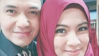 <p>Pasangan suami istri dari kalangan selebriti, Dude Harlino dan Alyssa Soebandono, selalu tampil mesra dalam kesederhanannya. Setelah empat tahun menikah, kemesraan itu makin kuat bersinar. (Foto: Instagram @ichasoebandono)</p>
