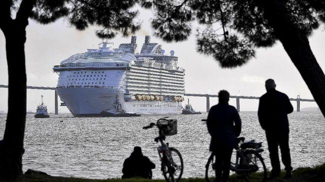 Dua kapal pesiar mewah bersandar di Jepang dan Hong Kong tanpa bisa menurunkan penumpang karena kekhawatiran penyebaran virus corona.