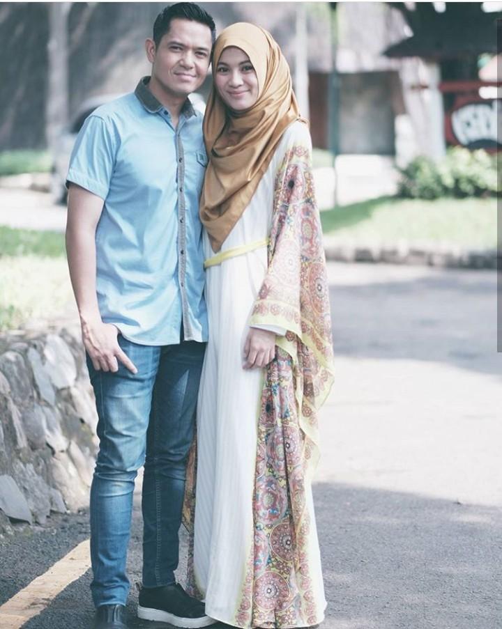 Semua pasangan punya cerita sendiri-sendiri. Dan inilah cerita cinta pasangan selebriti Dude Harlino dan Alyssa Soebandono.