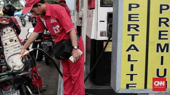 Sejumlah pengendara saat mengisi bahan bakar di SPBU, Jakarta, Selasa, 20 Maret 2018. Pemerintah kembali meneruskan Program BBM Satu Harga di tahun 2018 ini, Melalui program BBM satu harga, pemerintah bersama Pertamina berkomitmen untuk terus menambah jumlah lembaga penyalur BBM di seluruh Indonesia. Ini merupakan salah satu agenda prioritas pemerintahan Jokowi-JK yang termasuk dalam Nawacita yaitu membangun Indonesia dari pinggiran dengan memperkuat daerah dan desa dalam kerangka negara kesatuan. Sesuai roadmap BBM satu harga, pada tahun 2018 akan didirikan 73 lembaga penyalur terdiri dari 67 lembaga penyalur PT. Pertamina (Persero) dan enam lembaga penyalur PT. AKR Corporindo Tbk. SPBU BBM satu harga saat ini sudah ke-58 dan 59 yang telah beroperasi secara nasional.CNN Indonesia/Andry Novelino