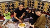 <p>Liburan dan makan bersama bisa jadi family time buat keluarga kecil ini. (Foto:Instagram/kenangmirdad)</p>