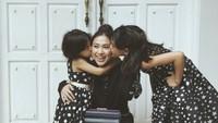 <p>Kiss! Kecup sayang Alaia dan Aluna buat sang bunda. (Foto: Instagram/tynakannamirdad)</p>