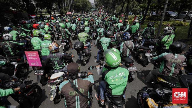 Kepolisian menutup Jalan Gatot Soebroto depan Gedung DPR imbas aksi unjuk rasa pengemudi ojek online terkait revisi UU LLAJ.