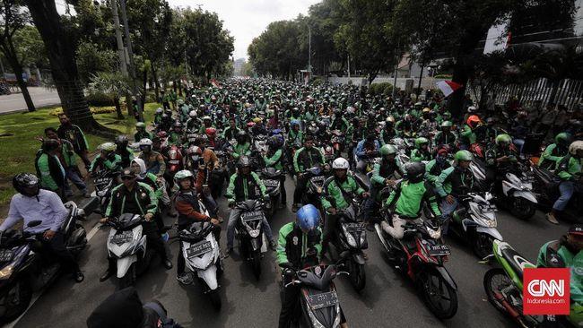 Presiden Jokowi menanggapi keluhan para sopir ojek online yang mengatakan sepi order sejak work from home (WFH).
