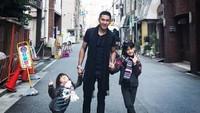 <p>Ayah Kenang bersama anak-anak manisnya, Alaia dan Aluna. (Foto:Instagram/kenangmirdad)</p>