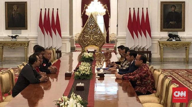 Jokowi menemui perwakilan aksi demo ojek online di depan Istana Merdeka. Dalam pertemuan itu Jokowi didampingi Menhub Budi Karya dan Mensekneg Pratikno.