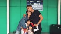 <p>Hangatnya kebersamaan keluarga yang satu ini. (Foto: Instagram/tynakannamirdad)</p>