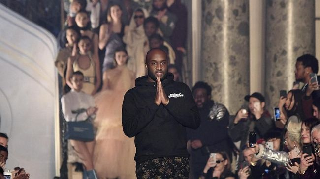 Us fashion designer Virgil Abloh for Off-White acknowledges the audience at the end of the Off-White's 2018/2019 fall/winter collection fashion show on March 1, 2018 in Paris. / AFP PHOTO / ALAIN JOCARD