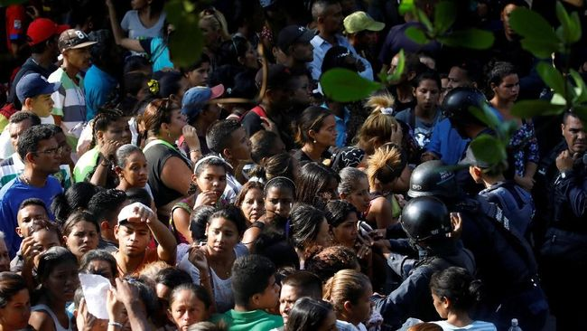 Pemerintah Venezuela menangkap lima perwira kepolisian negara atas dugaan peran mereka dalam kerusuhan yang menewaskan 68 orang di penjara.
