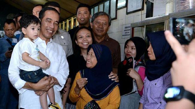 Presiden Joko Widodo bersama keluarga besar mengunjungi Transmart di kawasan Taman Yasmin, Bogor, Jawa Barat.