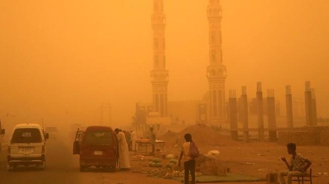 Badai pasir menyelimuti ibu kota Sudan, memaksa pihak berwenang menutup sekolah hingga membatalkan penerbangan.