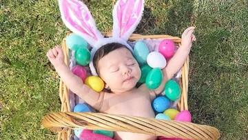 Ini Alasannya Posisi Tangan Bayi ke Atas Saat Tidur