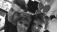 Jagoan-jagoannya David Beckham dan Victoria rukun banget kan? (Foto: Instagram/ @victoriabeckham)