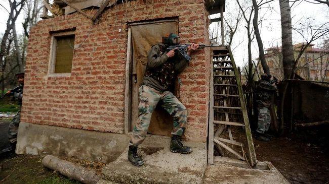 Pertempuran antara militan dan tentara di Kota Pulwama, Kashmir bagian India itu juga menewaskan seorang warga sipil.