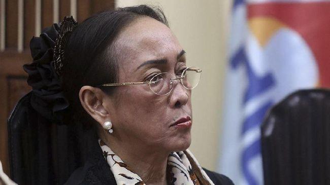 Warganet turut berkomentar terkait dengan puisi yang dibuat oleh putri Bung Karno, Sukmawati Soekarnoputri. Salah satunya adalah usulan untuk dirukiah.