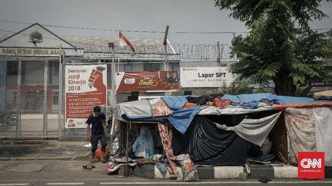 Ratusan pengungsi dan pencari suaka hidup tak pasti di trotoar sekitar Rudenim Kalideres. Mereka tak berhak mencari uang dengan bekerja di Indonesia.