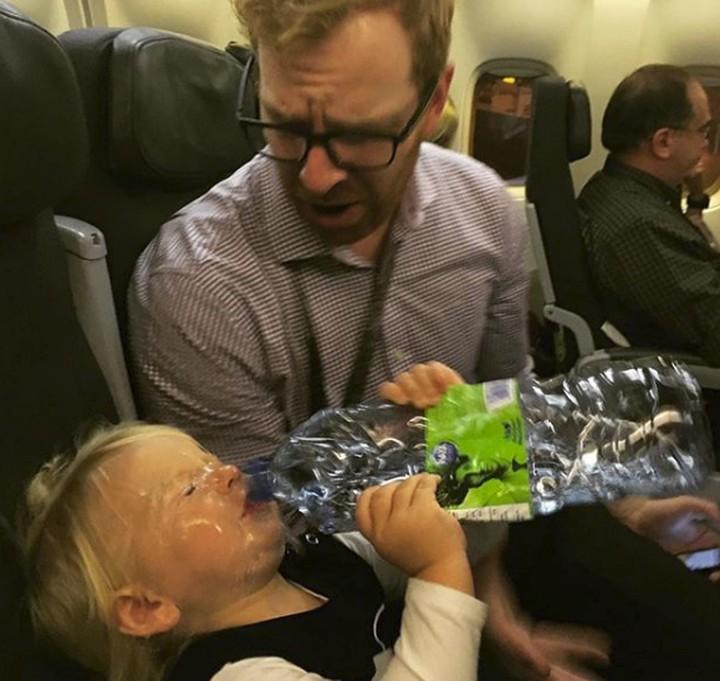 <p>Hal ini terjadi di lima menit pertama saat si kecil bersama dengan ayah. Hi-hi-hi. (Foto: Instagram @kristinday)</p>