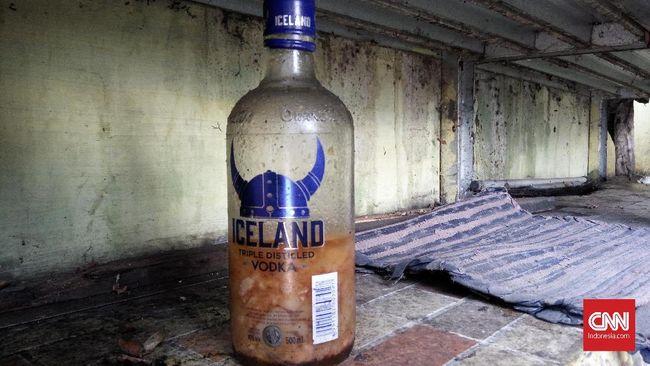 Dua orang disebut tewas dan dua lainnya dirawat akibat miras oplosan berbahan bir hitam, antimo, dan alkohol 70 persen di sebuah kontrakan di Bekasi.