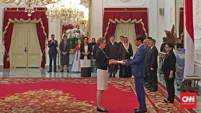 Joko Widodo membahas kerja sama ekonomi dengan sebelas duta besar negara asing yang baru saja menyerahkan surat kepercayaan di Istana Merdeka, Selasa (4/4).