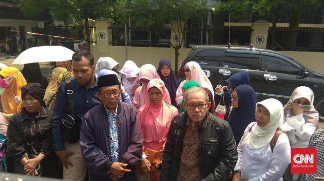 Para korban penipuan First travel mengadu ke Menag Fachrul Razi. Mereka rela mengutang demi berangkat ke Makkah, tapi malah ditipu.