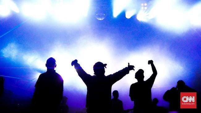 Iwa K sukses menggelar konser 25 tahun di The Pallas Jakarta, Rabu (4/4) malam. Para penggemar pun 'bebas lepas' menikmati lagu hit era 90-an khas sang rapper.