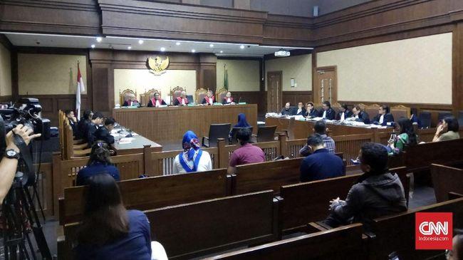 Majelis hakim menyatakan Ketua dan Sekretaris Komisi B Kalteng terbukti secara sah dan meyakinkan telah menerima suap Rp240 juta dari tiga pejabat Sinar Mas.