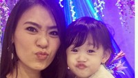 """<p>""""When I telll you I love you, I don't say iy out of habit or to make conversation. I Say it to remind you that you are the best thing that ever happened in my life."""" tulis Helena dalam salah satu postingan di Instagram. (Foto: Instagram @helena_iyeng)</p>"""