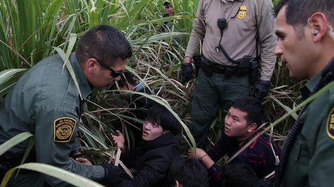 Petugas Patroli Perbatasan AS menangkap 1.036 imigran ilegal dari Meksiko dalam satu operasi penahanan pada Kamis (30/5), terbanyak dalam sejarah.