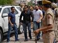 Bebas Bersyarat, Salman Khan Sapa Penggemar di Depan Rumah
