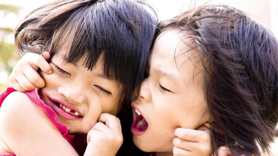 Pusing Atasi Persaingan Si Kakak & Si Adik? Simak Tipsnya di Sini, Bun