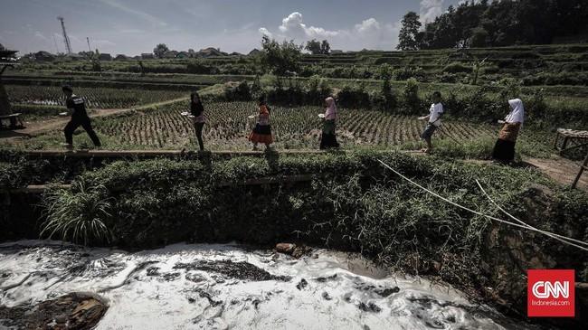 Citarum menjadi bagian penting bagi masyarakat Jawa Barat dan Jakarta. Namun, limbah yang tak kunjung berhenti turut menghancurkan kehidupan warga sekitar.
