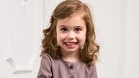 <p>Halo Bunda, kenalin nih Adel Gudauskas, gadis cilik asal Rusia yang senyumnya manis banget. (Foto: Instagram/adel_gudauskas)</p>