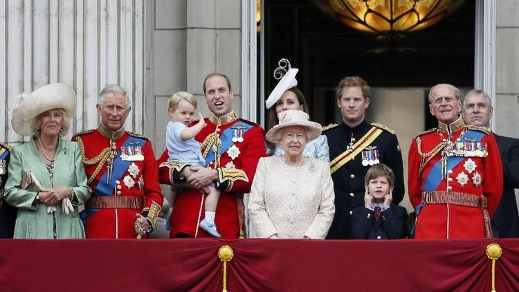 Dari menggunakan jasa ibu persusuan, wanita kerajaan Inggris kini lebih modern dan menyusui bayinya sendiri.