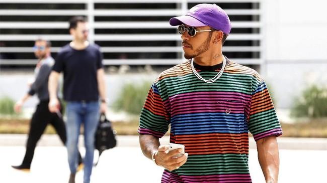 Lewis Hamilton dihukum turun start lima tingkat jelang balapan Formula 1 pada grand prix di Sirkuit Internasional Bahrain, Minggu (8/4).