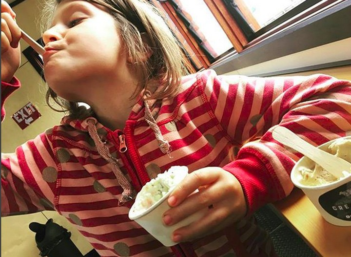 Nak, ekspresimu saat makan es krim lucu banget sih. Bikin gemas.
