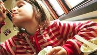 <p>Menikmati banget ya bocah yang satu ini. Seakan yang lain nggak boleh nyicipin es krimnya. He-he-he. (Foto: Instagram/@jaya.snuglife)</p>