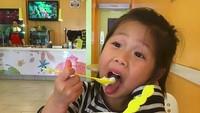<p>Makan es krimnya semangat banget sih, Nak. (Foto: Instagram/@hwailsong)</p>