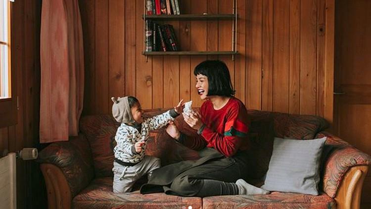 Penyanyi Andien Aisyah punya cara supaya dia nggak kesulitan mengenalkan makanan ke anaknya. Apa cara yang dilakukan Andien?