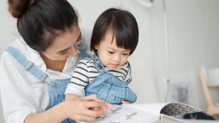 Metode membaca nyaring atau metode Read Aloud memiliki banyak manfaat untuk tumbuh kembang anak. Berikut tiga manfaat utamanya.